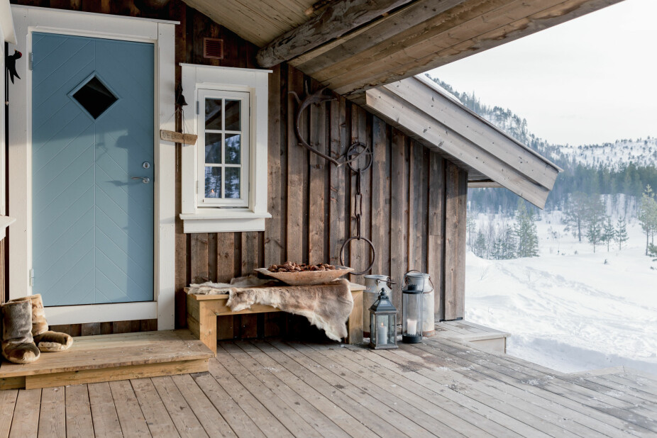 På høyden. Familien Guldviks hytte ligger på hyttefeltets høyeste område. Herfra kan de se hyttene til besteforeldre og søskenbarn rundt om i dalen. Terrassen er hyggelig innredet med benk, skinn og lyslykt, samt arvegods fra familiens gårder.