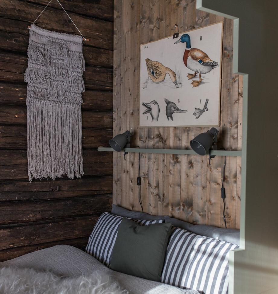 Innrammet Soverommet til Cathrine og Thomas har en fin ramme rundt sengen. Detaljen stammer fra de gamle bondehusene i Salsnes, hvor slike utskjæringer ofte pyntet opp vinduer og senger. Den