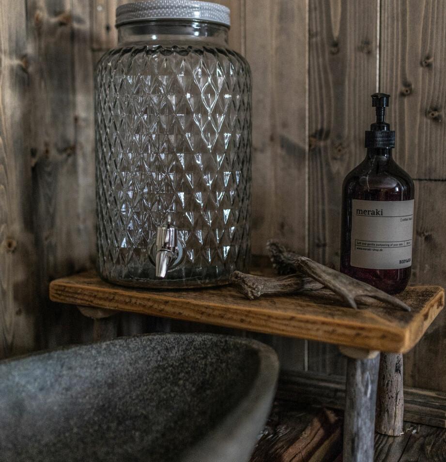 Smart. Vannbeholderen med tappekran fra Bloomingville fungerer som vannkran på badet.
