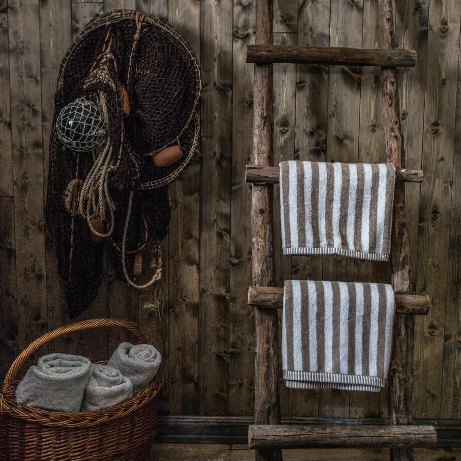 Det enkle liv. Her er hyttelivet primitivt med strøm fra solcellepanel og vann fra en bekk i nærheten. Det lille baderommet er likevel innredet som en fin, liten vaskeplass med håndlagde møbler og fine detaljer fra slektsgårdene.