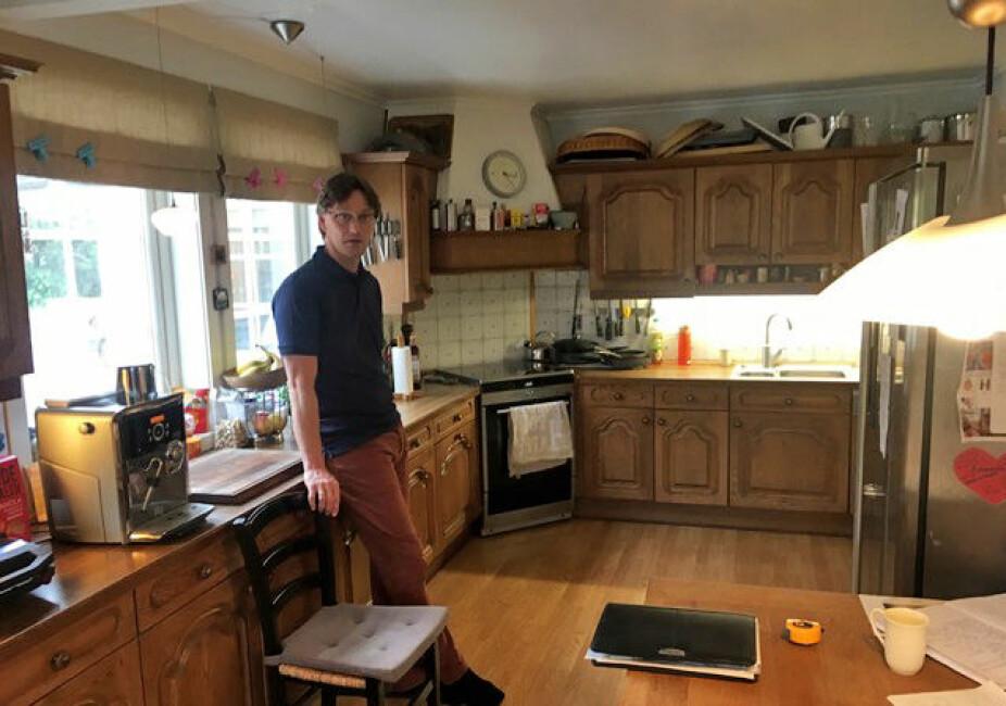 FØR: Det gamle kjøkkenet fremsto overfylt, trangt og lite effektivt. Mads er husets kokk, og syntes den gamle løsningen var langt fra optimal. Han ønsket mer plass til å lage mat, bedre lagringsplass og mer kjøleplass.