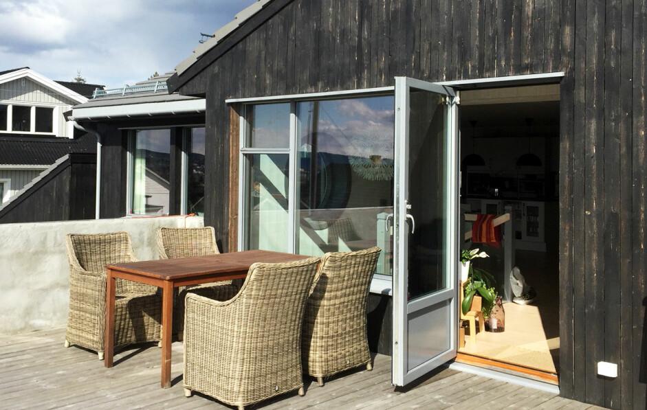FØR: Terrassen vår åpen for vind og vær. Beboerne ønsket å kunne sitte ute, selv når været ikke innbød til det.