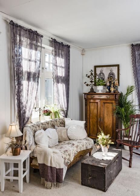 GAMLE MØBLER: Huset er fullt av vakre, gamle møbler som står i stil til huset.