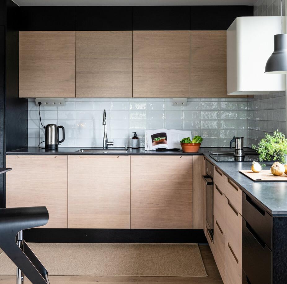 PLASS: Kjøkkenet har fått dypere og lengre benkeplate, og det gir mer arbeidsplass. De hvite flisene er fra Flisekompaniet.