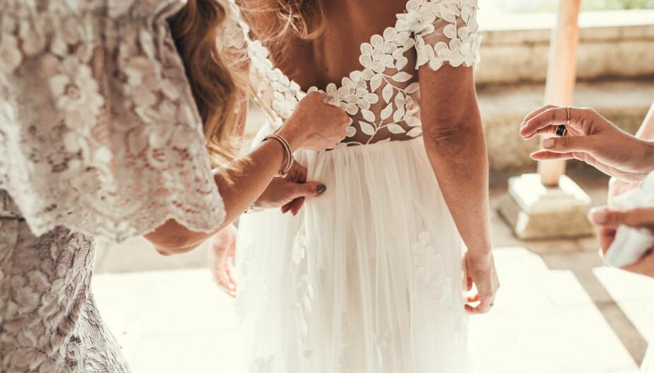 Brudepikene hjelper bruden på med kjolen.