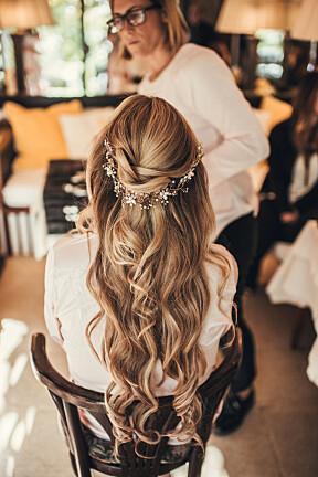 Håret ble stylet av en italiensk frisør. Hårsmykket kjøpte  Malin i en vintage-butikk.