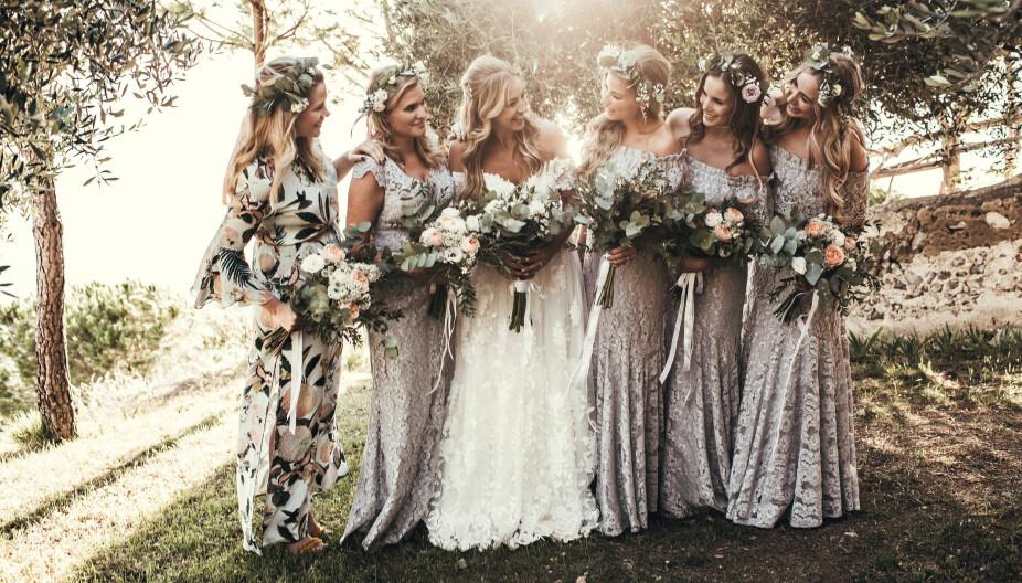 Brudepikene hadde lekre kjoler i lavendeltoner designet  av bruden selv til merket ByMalina. Det oppsto litt dramatikk da flere av koffertene ble borte på flyreisen. Dagen før bryllupet hadde kun to av de fem kjolene kommet fram. På bryllupsdagen kom den fjerde. Den siste kjolen rakk aldri fram, men det løste seg fint allikevel.