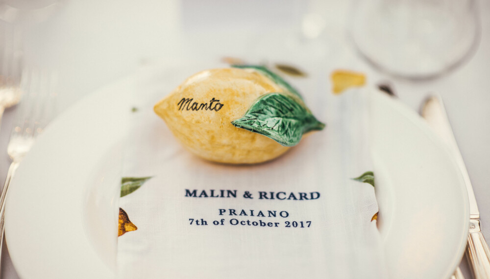 Bordkortene var sitroner i keramikk og serviettene hadde personlig monogram med brudeparets navn og dato for bryllupet.