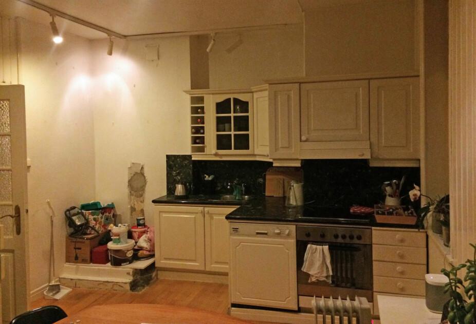 <b>FØR:</b> Kjøkkenet var i sin helhet plassert langs den ene kortveggen. Det var lite plass for matlaging og oppbevaring.