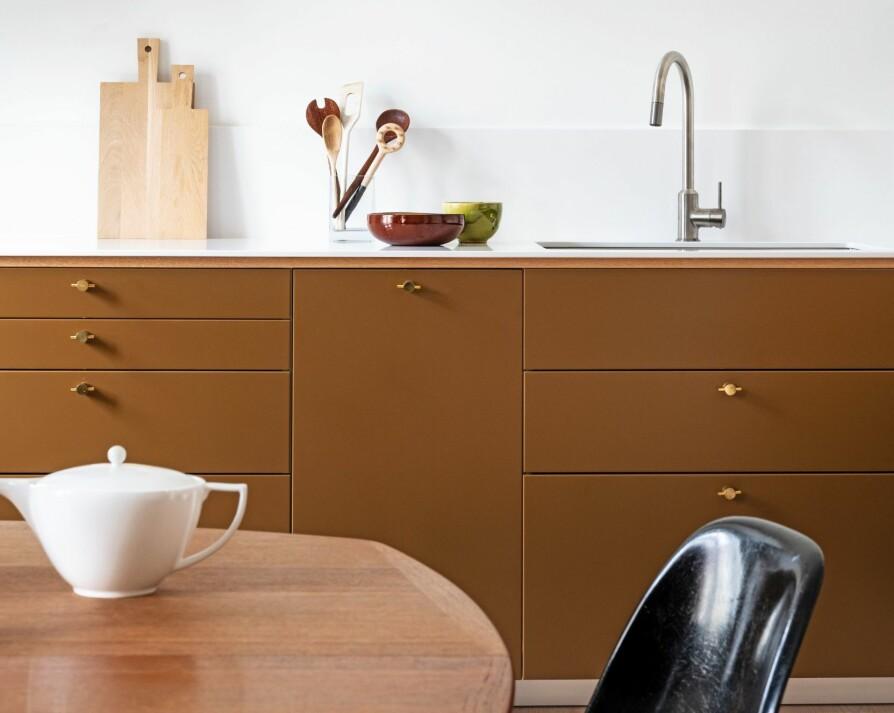 SPRAYLAKKERTE FRONTER: Kjøkkeninnredningen er fra Ikea. Frontene er spraylakkert i fargen Norwegian Wood fra Jotun. Benkeplaten i Silestone av typen Blanco Zeus Extreme er levert av Allstein.