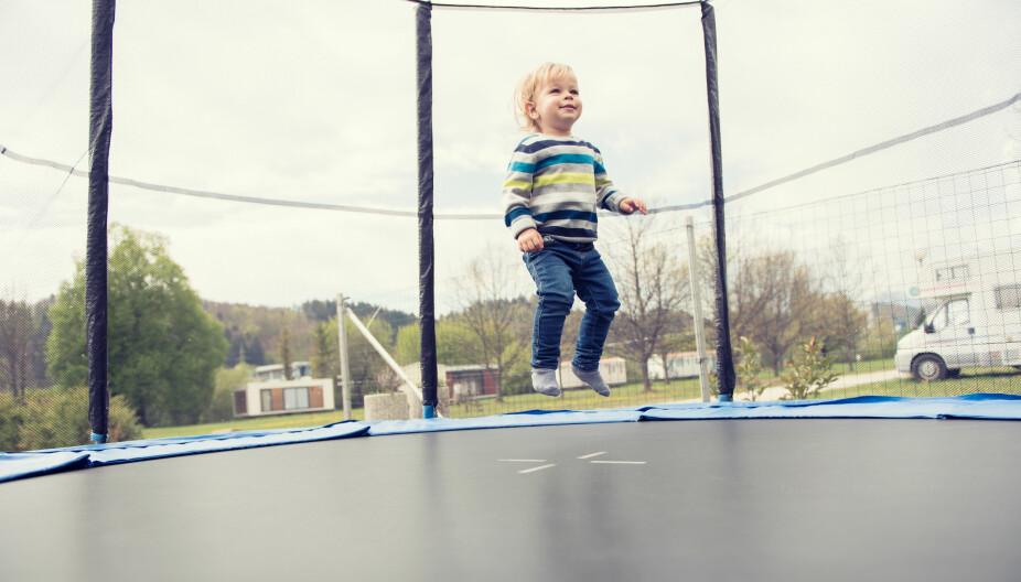 HELST BARE ÉN: Det bør helst bare være ett barn på trampolinen om gangen. Og pass spesielt godt på når det er store vektforskjeller mellom barna - da er det de minste som er mest utsatte for skader.