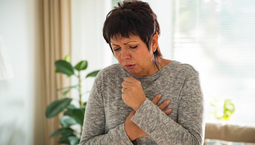 TØRRHOSTE: Hoste kan være ett av de første tegnene på lungefibrose.