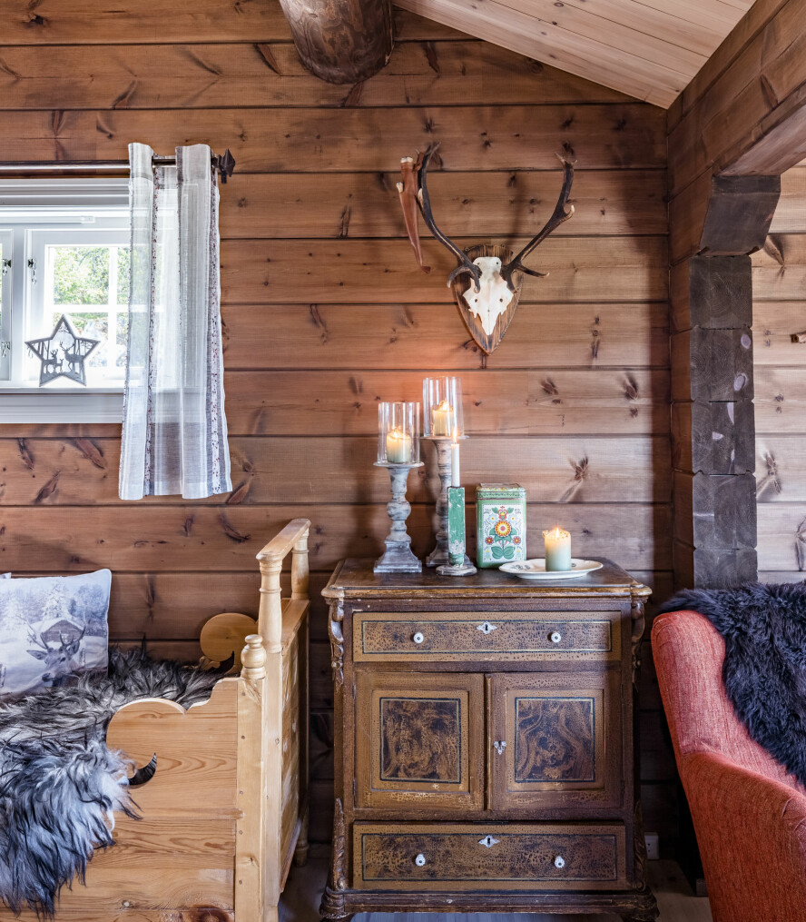 Maskinlaftet. Paret valgte maskinlaftet tømmer da de skulle bygge hytta. Det ble fraktet hit fra Lappland.