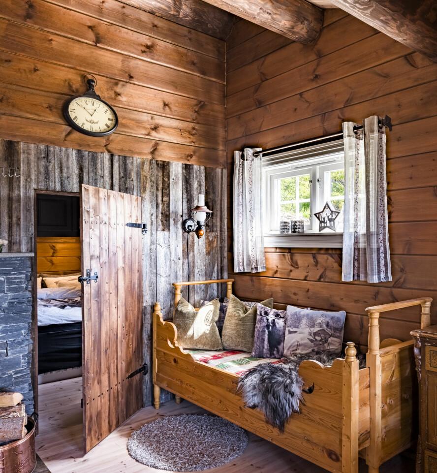 Låvedør. Etter mal fra en gammel låvedør, har Bård Ove bygget en tilsvarende dør. Materialene rundt er fra fjøset til foreldrene til Janne. Døra fører inn til parets soverom.