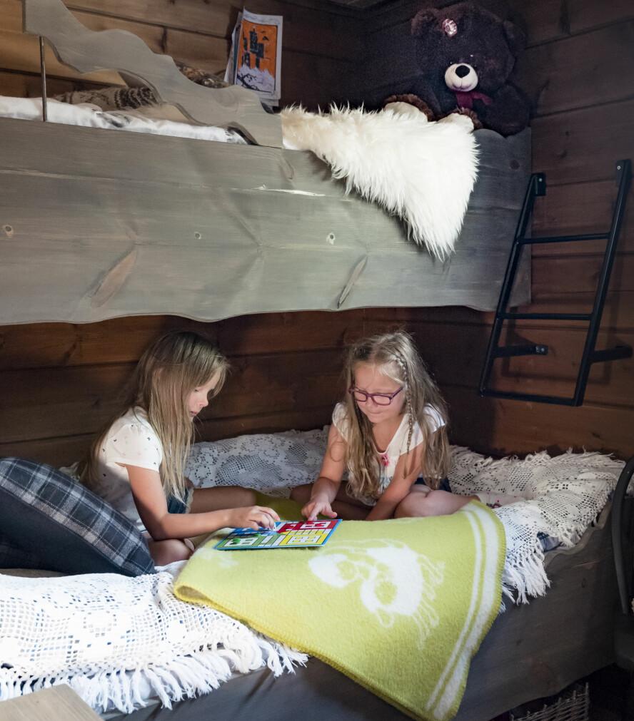 Jenterommet. Malin og Malene storkoser seg på rommet sitt. Her kan de være helt i fred, og de synes det er ekstra stas når de får ha med seg venner.