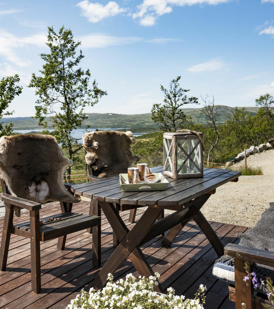 Vakker utsikt. Familien har bygget en stor platting rundt hytta, og de spiser så mange måltider som mulig ute. Herfra har de også nydelig utsikt.