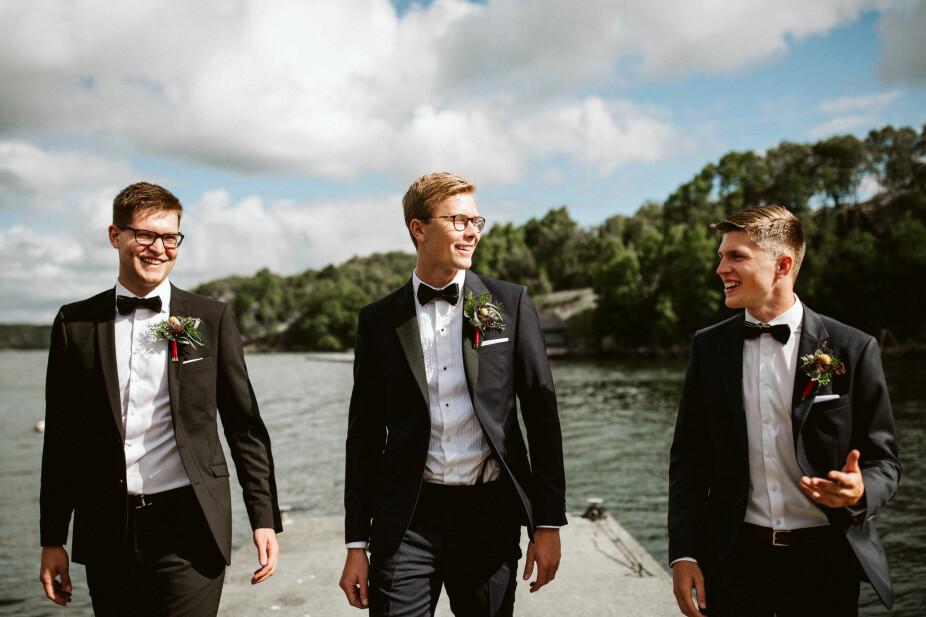 Brudgommen og forloverne gjorde forberedelsene i båthuset like ved der bruden, forlovere og brudepikene gjorde seg klare.
