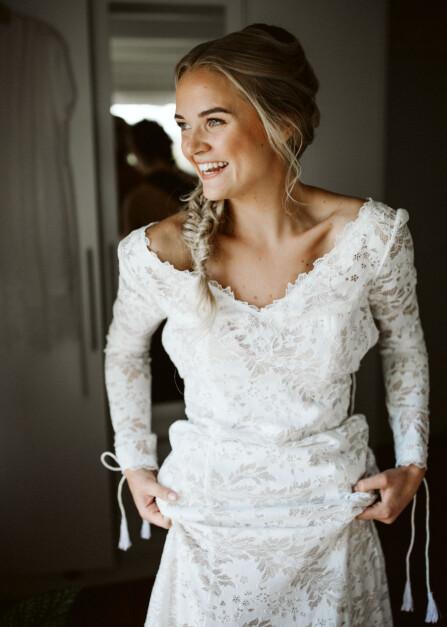 Bruden er lykkelig for å endelig få på brudekjolen og for å snart møte mannen i sitt liv!