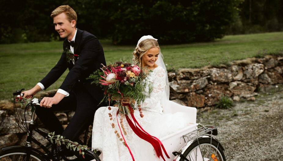 Camilla og Ole Martin syklet fra kirken i hjemmesnekret sykkel, lånt fra noen venner i bygda. Sykkelen ble pyntet med enkle grønne kvister fra hagen.