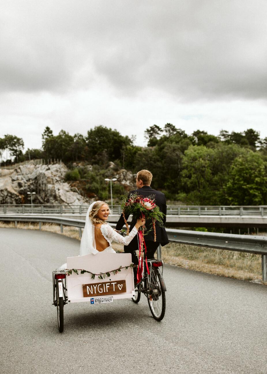 Det nygifte brudeparet sykler fra kirken i lykkerus!