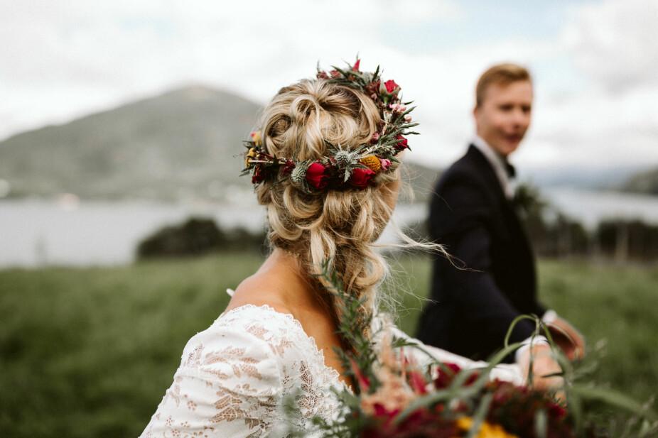 Bruden hadde fiskebensflette med krøller som ble satt inn i fletten.  Etter vielsen byttet bruden til blomsterkrans for å være litt mer fleksibel. I blomsterkransen gikk blomstene  fra buketten igjen.