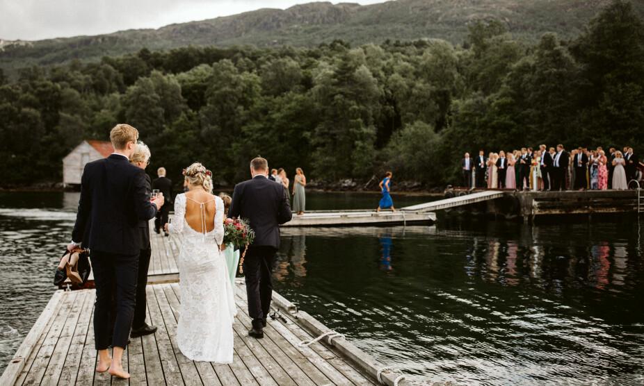 Brudeparet tok sjøveien. Barbent ankom brudeparet festen, og ble mottatt av gjestene som sto klar med velkomstdrinker.
