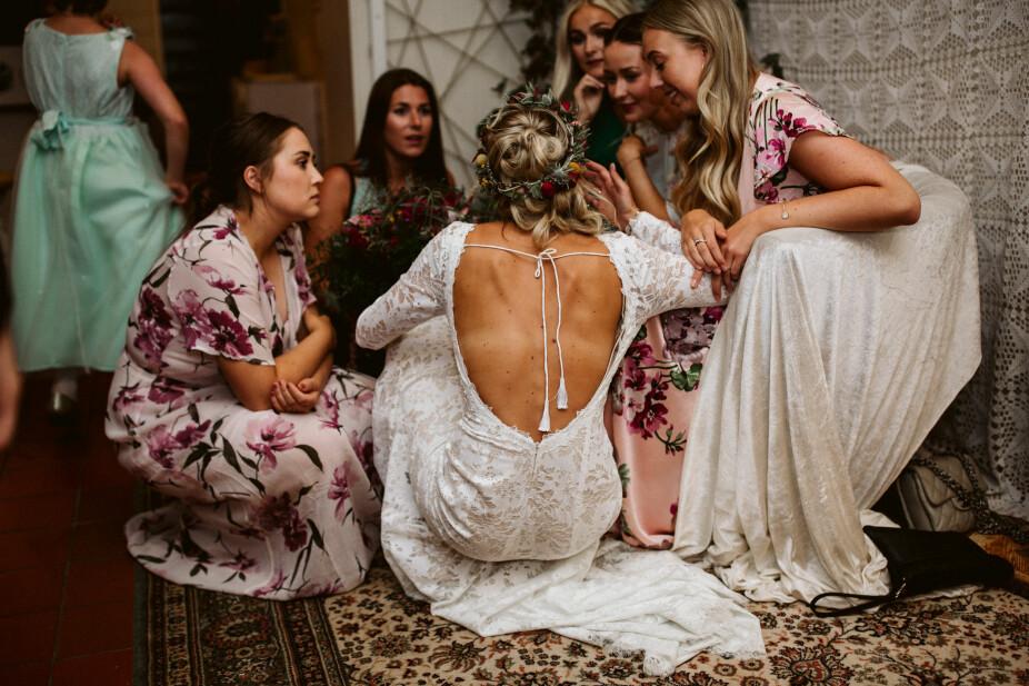 Bruden omringet av gode venninner.