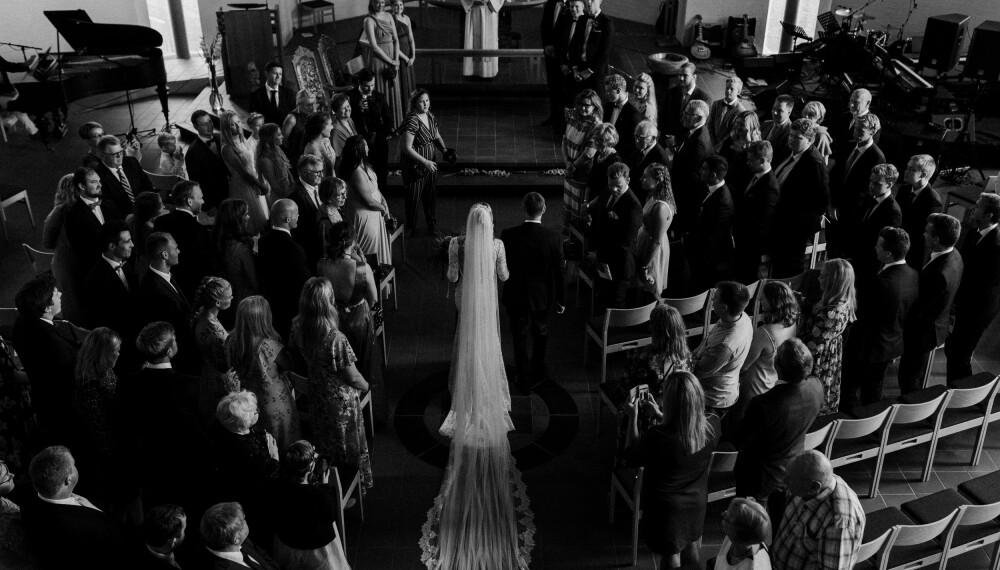 Det var utrolig rørende og vakkert å gå opp  kirkegulvet sammen med min far, som jeg er  så glad i! Ved alteret sto både svigerfar, som skulle vie oss, og drømmemannen, forteller Camilla.