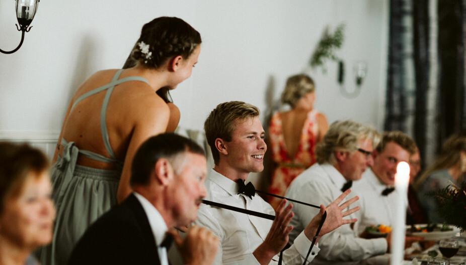 Når bruden hadde gått fra bordet, kunne endelig de  andre jentene benytte muligheten til å kysse brudgommen.