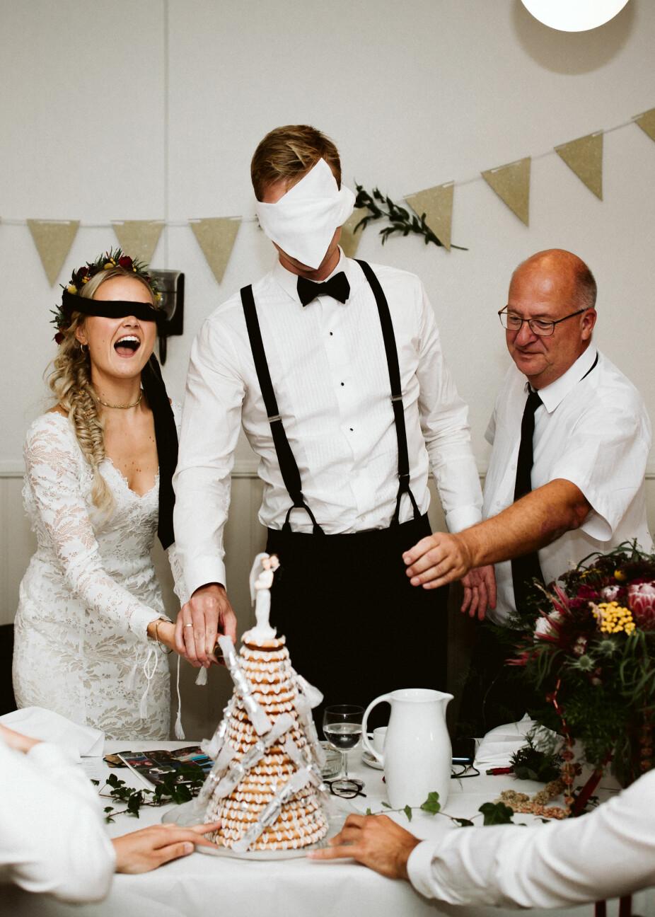 På vestlandet er tradisjonen at brudeparet skal skjære av kransekaken med bind foran øynene. Så mange ringer som skjærer av, tilsvarer antall barn brudeparet får.