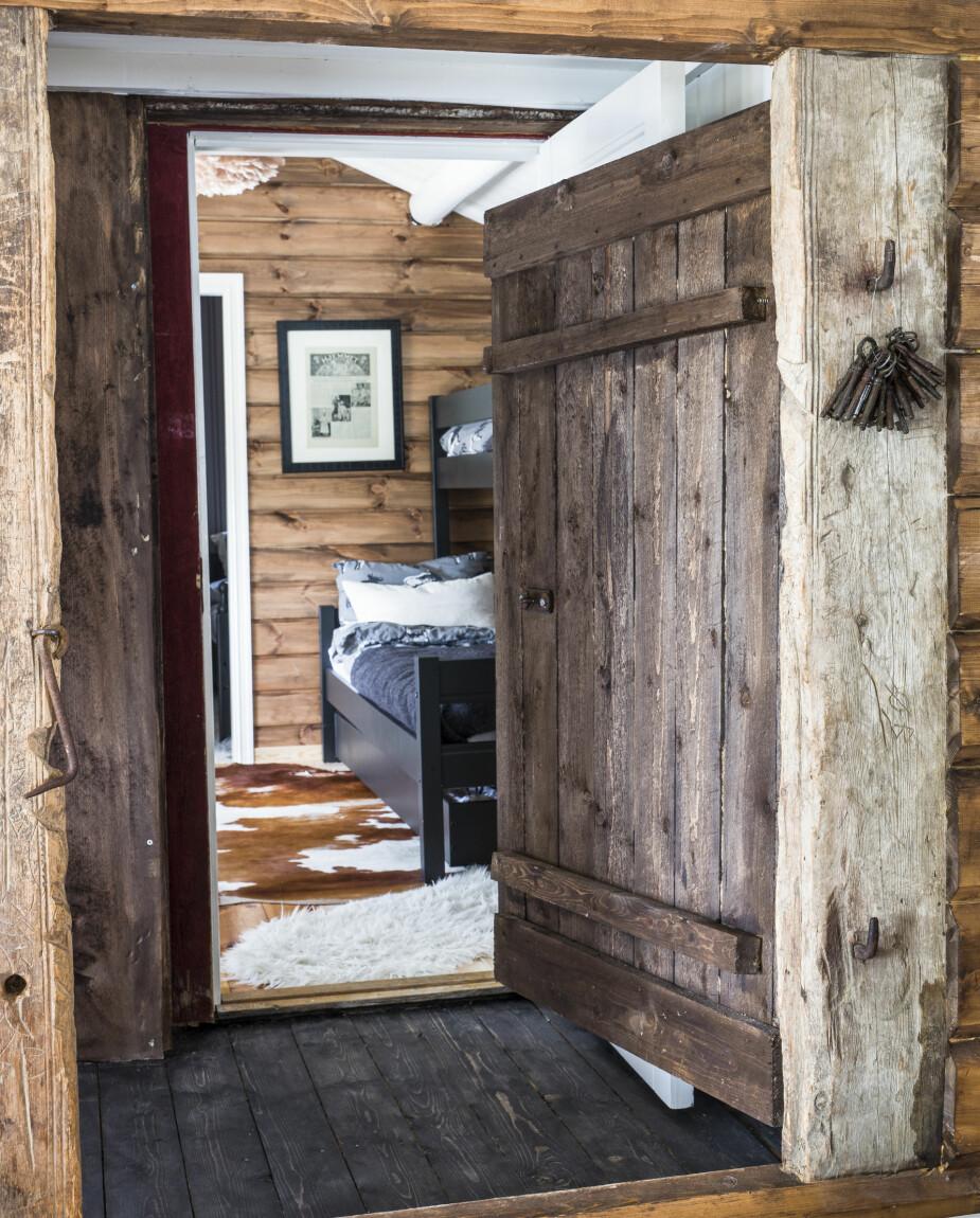 Værbitt. Paret er veldig glad i røft og værbitt treverk, og de har brukt en del materialer fra egen gård. Over senga i den opprinnelige hytta henger et Hjemmet fra 1924 som Inger-Marie har rammet inn.