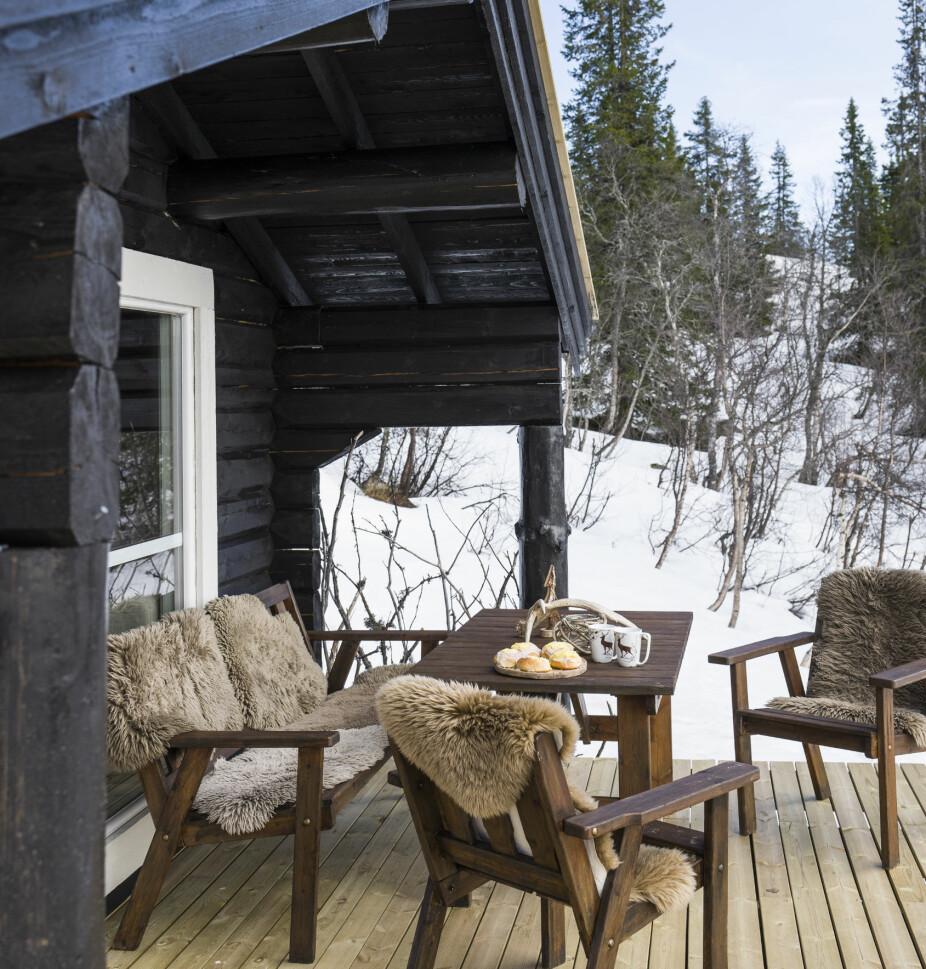 Koselig uteplass. Skinn, pledd og lune puter er godt å ha om vinteren, og Inger-Marie synes naturmaterialer passer fint til bruntonene på hytta.