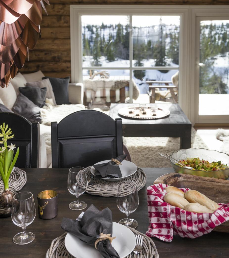 Matglede. Inger-Marie er glad i å lage mat og bake, og her på hytta har familien ekstra god tid til å nyte lange måltider.