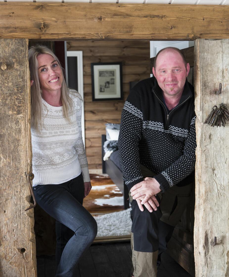 Skillet. Inger-Marie og Olav i skillet mellom den gamle og nye hyttedelen, som de har laftet selv.