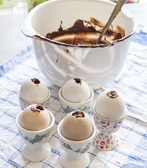 <b>KJØP NOK SJOKOLADE:</b> Sjokoladen har vi knekt oppi en bolle, og smeltet den forsiktig over en kjele med varmt vann. Vær forberedt på at det går med en del sjokolade til dette lille prosjektet
