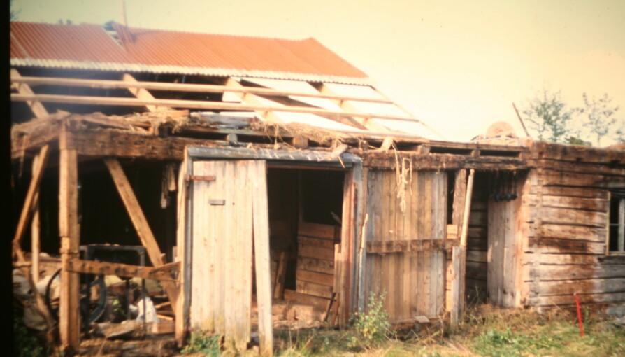 BLE REVET: Denne fjøsbygningen ble revet og bygget opp igjen flere ganger. I dag er tømmerkassen fra 1850 er flott familiehytte.