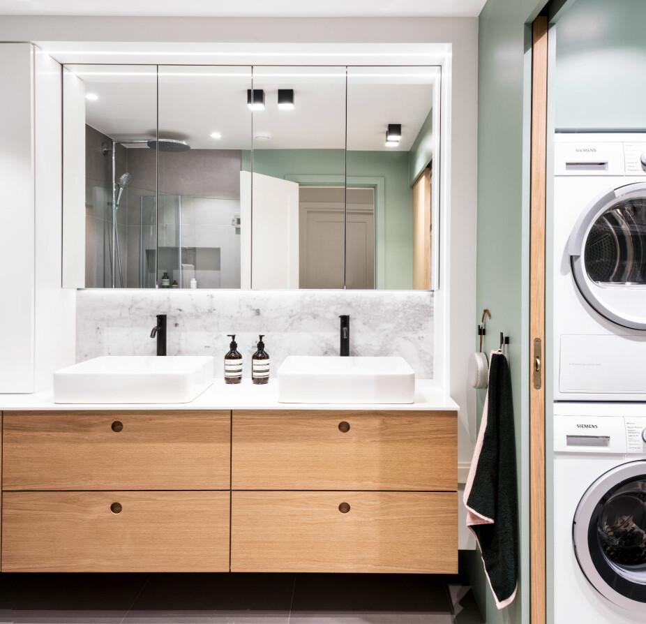 ETTER: Med to servanter fungerer rommet nå som et familiebad. Toalettet befinner seg i et eget, lite rom, som før. Vaskemaskin og tørketrommel er bygget inn i en skapvegg som ellers rommer varmtvannstank og oppbevaring.