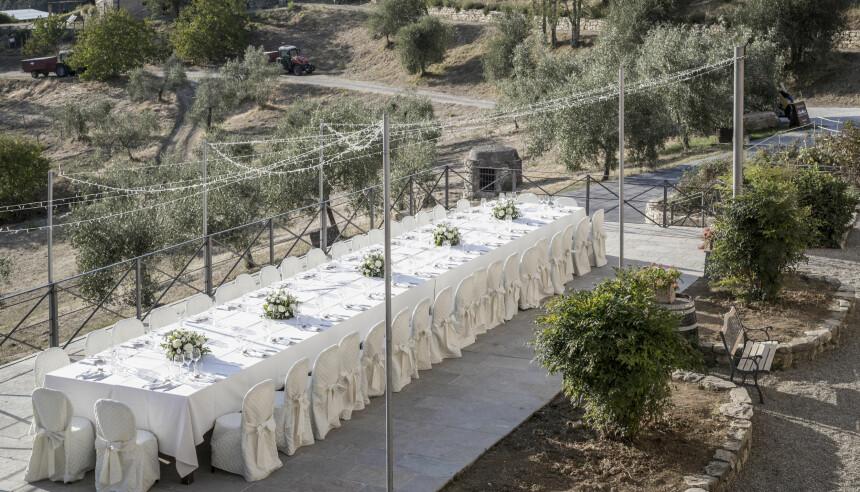 Forestille deg, deg og din kjære sammen med de nærmeste i Italia, alle samlet på et langbord til middag. Vinranker og oliventrær som kulisser med de deiligste viner og retter! En matopplevelse gjestene og dere selv vil huske for alltid.