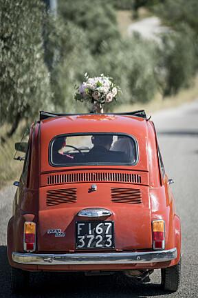 – Dette er den mest populære bryllupsbilen vi har! Den kommer i mange, herlige farger og er utrolig fin til bryllupsfotograferingen. Mer italiensk enn dette, blir det ikke!