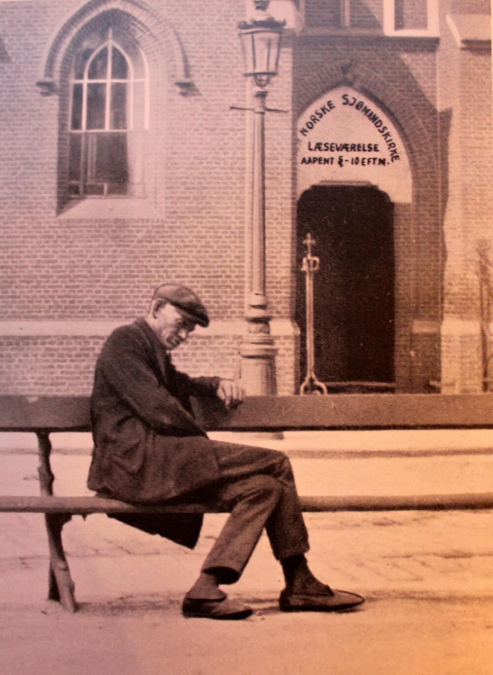 <strong>SOSIALT PROBLEM:</strong> En døddrukkenn norsk sjømann på benken foran den norske sjømannskirken i Antwerpen. Hundrevis havnet på gata i 1920-årene, og det var et enormt sosialt problem.