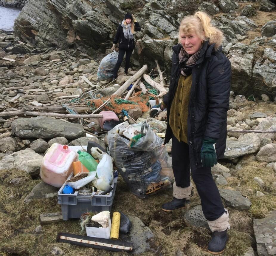 På dugnad. Liv Steinsvåg er oppgitt over hvor mye søppel som finnes i naturen. Her på ryddedugnad i skjærgården utenfor Mandal.