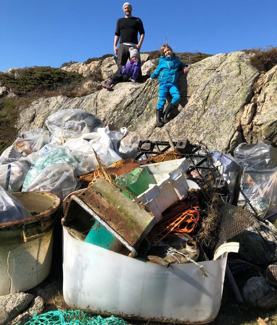 BARNA DELTAR: Rådmund Steinsvåg og barna Ronja og Tala er med på ryddedugnad på Sæsøy utenfor Mandal, der de finner masse skrot.