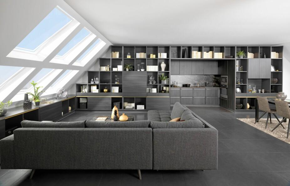 REOLER: Kanskje trenger ikke kjøkkenet like stor plass som du tror? Her er det rett og slett «skjult» i stuens reolløsning. Pent og effektivt