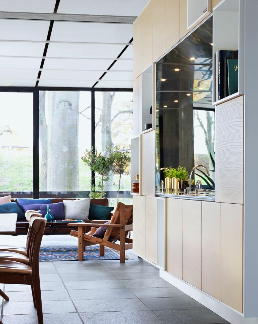 SKAP: Kjøkkenet trenger ikke være et eget rom, det behøver heller ikke ta opp særlig mye plass. Her har den svenske arkitekten Fredrik Almlöf laget et kjøkken som står fritt i allrommet, og kan brukes fra begge sider. Noen av hyllene er åpne tvers igjennom og belagt med speil for å øke lys, romfølelse og lekenhet.
