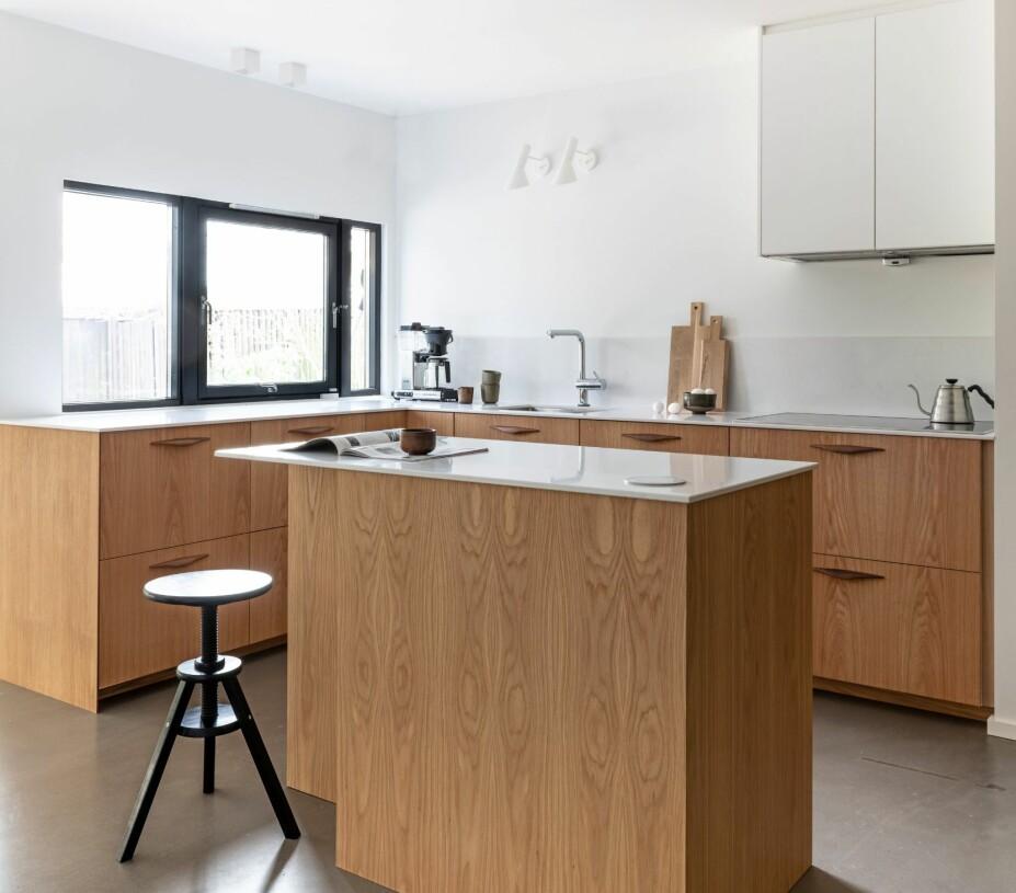 GOD KONTAKT: Nå er det god kontakt mellom kjøkken og spiseplass. Samtidig føler man ikke at man sitter på kjøkkenet og spiser. De grønne skapene sogner til gangen, mens eikeskapene hører til kjøkkenet. Krakken er fra Ikea.
