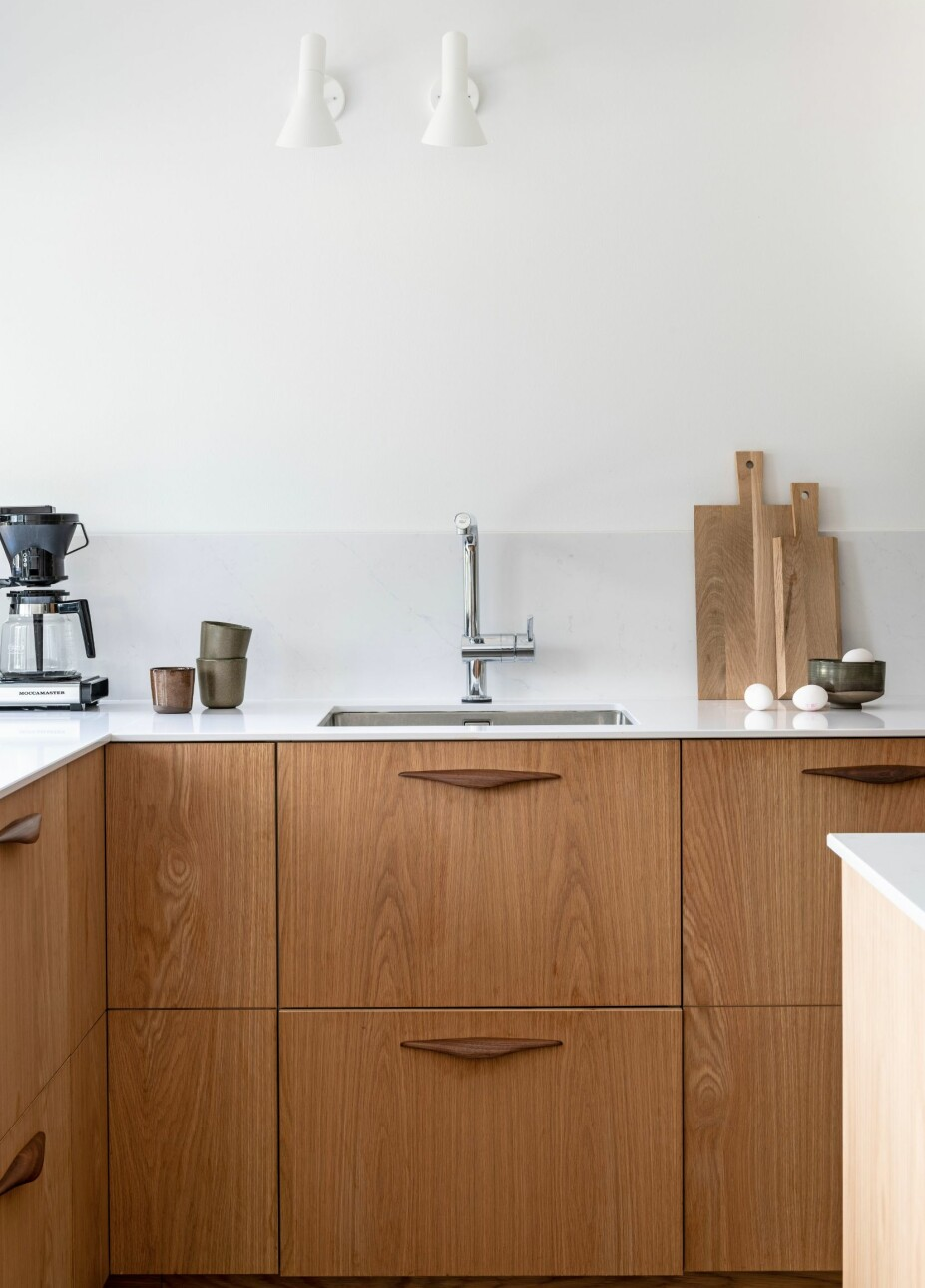 MANGFOLD: Skrogene er fra Ikea, mens frontene er laget av Nytt Prosjekt. Benkeplaten i hvit Silestone er fra Allstein. Vegglampene er fra Louis Poulsen.
