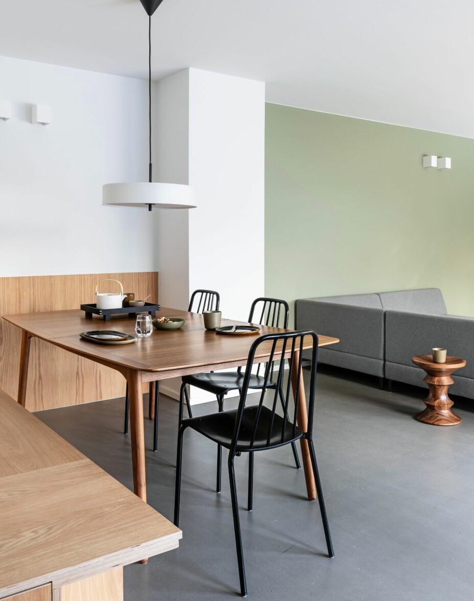 ÅPNET OPP: Spisekroken har både kontakt med kjøkkenet og med resten av stuen. Fargen Green Harmony fra Jotun går igjen både på stueveggen og garderobeskapene ved entreen. Gulvflaten består av en gjennomfarget, sementbasert avrettingsmasse, levert av Weber Designgulv.