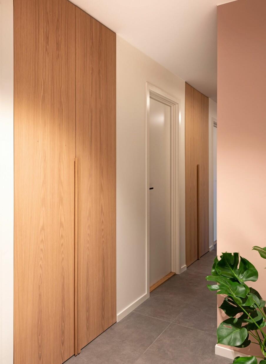 INNEBYGDE SKAP: Mellom dørene til barnerommene til høyre er det nå to innebygde skap som strekker seg fra gulv til tak. Entreen har nå rikelig med oppbevaringsplass uten at det egentlig synes.