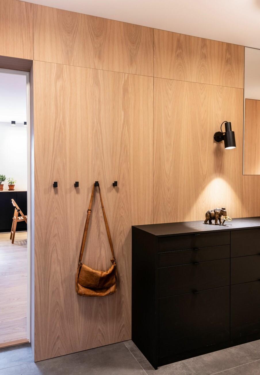 EIK: Den venstre langveggen er kledd i eikepanel. Også døråpningen som leder inn til stuen er kledd i eik.