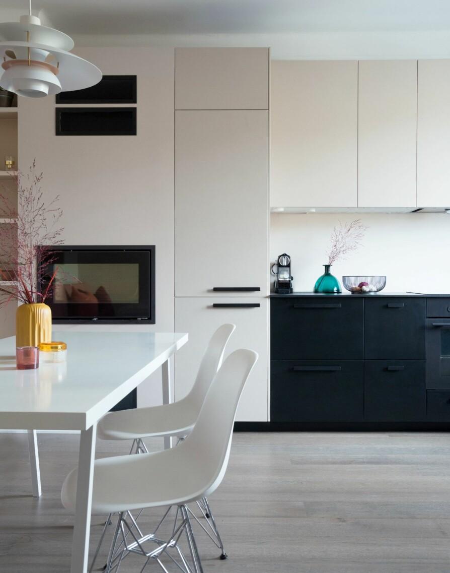 NYTT KJØKKEN: Den nye kjøkkeninnredningen, Kungsbacka fra Ikea, ligger i en praktisk L-form. I den ene enden er det bygget inn en peis. For en nærmest sømløs overgang, er murvegg og overskap malt og spraylakkert i samme farge som veggen. Underskapene står i fin kontrast med sin svartgrå originalfarge. Veggfarge er 10580 Soft Skin fra Jotun, og peisinnsats er fra Varmefag.